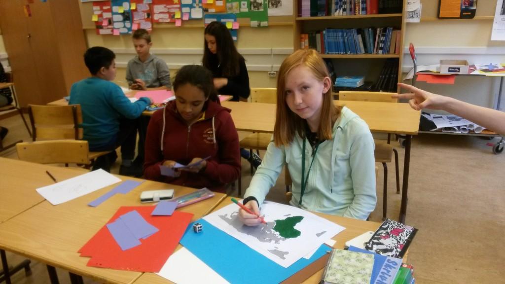 Denise och Livia i 7H tillverkar spel.